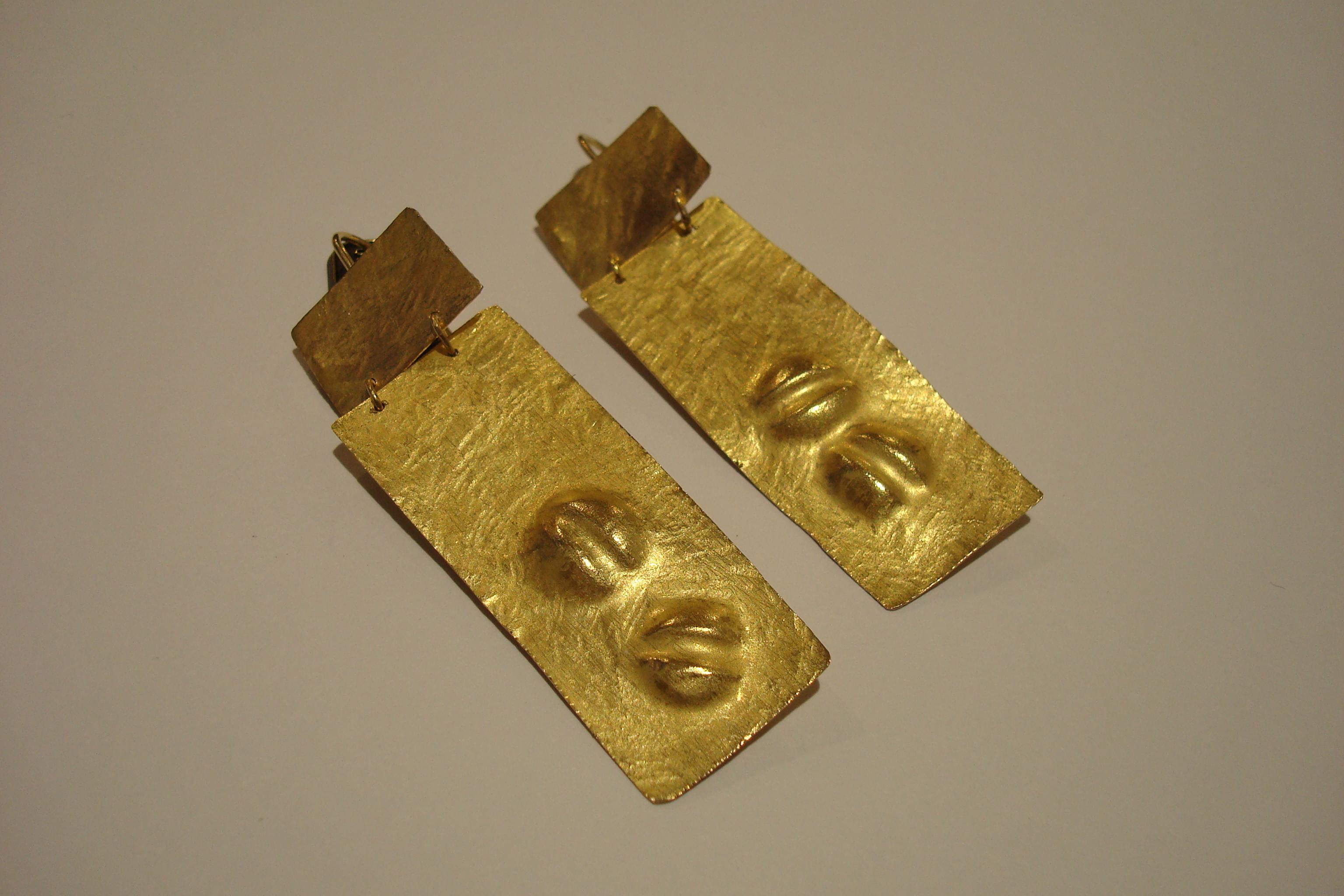 Orecchini in oro con Seme Buono in terra Buona Battuti a mano.